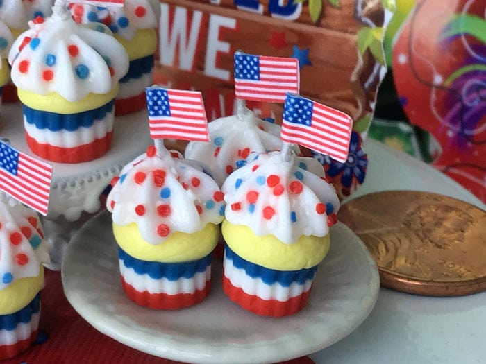 patriotic cupcakes with american flag topper
